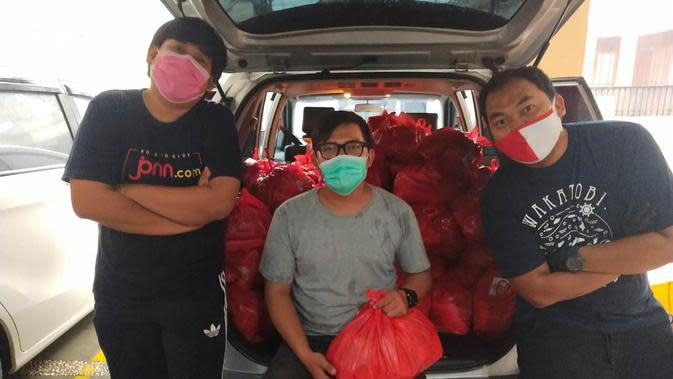 Tiga pengurus Koordinatoriat PSSI Pers tengah bersiap untuk menyalurkan 250 paket sembako untuk masyarakat yang terdampak pandemi COVID-19, Rabu (29/4/2020). (Istimewa)