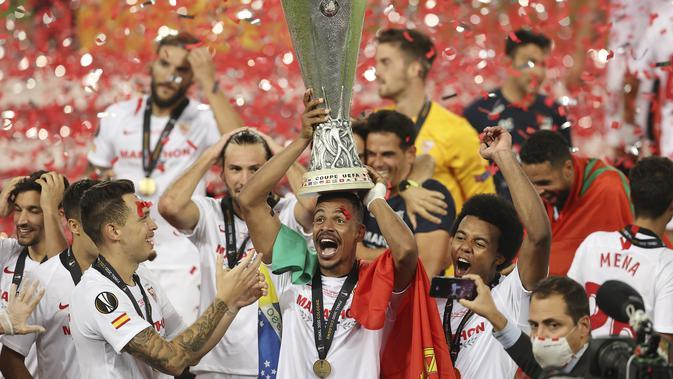 Fernando Sevilla memegang trofi setelah memenangkan pertandingan final Liga Europa antara Sevilla dan Inter Milan di Cologne, Jerman, Jumat, 21 Agustus 2020. (Lars Baron, Pool Photo via AP)