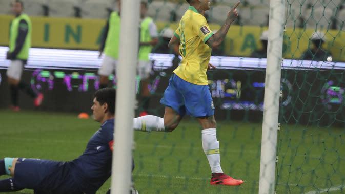 Pemain Brasil Roberto Firmino melakukan selebrasi setelah mencetak gol ke-3 timnya selama pertandingan sepak bola kualifikasi untuk Piala Dunia FIFA Qatar 2022 melawan Bolivia di arena Neo Quimica di Sao Paulo, Brasil, Jumat, 9 Oktober 2020. (Amanda Perob
