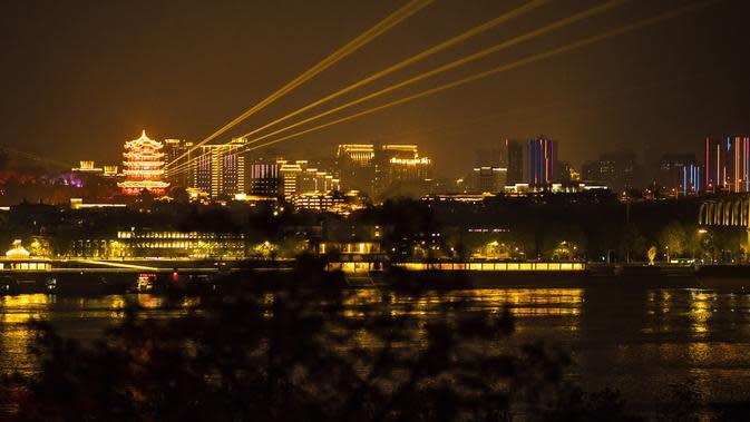Yellow Crane Tower atau Huanghelou memancarkan cahaya lampu, Wuhan, Provinsi Hubei, China, 7 April 2020. Wuhan mencabut larangan perjalanan keluar mulai 8 April 2020 setelah penerapan karantina wilayah (lockdown) selama hampir 11 pekan untuk membatasi penyebaran corona COVID-19. (Xinhua/Xiao Yijiu)
