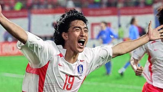 Gelandang Korsel, Ahn Jung-hwan merayakan golden goal ke gawang Italia dalam perpanjangan waktu di babak 16 besar PD 2002 di Daejeon, 18 June 2002. Korsel menang 2-1. AFP PHOTO/CHOI JAE-KU