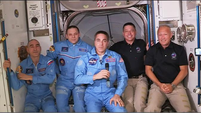 Dua astronaut NASA, Doug Hurley dan Bob Behnken (berkaos hitam), tiba di ISS dan berfoto bersama astronot dan kosmonot yang ada di sana (Foto: Twitter @Space_Station)