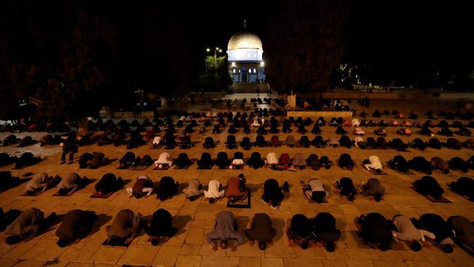 Muslim Palestina melakukan ibadah di kompleks masjid al-Aqsa, situs paling suci ketiga bagi umat Islam, di Yerusalem, Minggu (31/5/2020). Kompleks masjid Al-Aqsa kembali dibuka hari ini, Minggu (31/5) setelah ditutup dua bulan sebagai bagian upaya memutus penularan virus corona. (Ahmad GHARABLI/AFP)