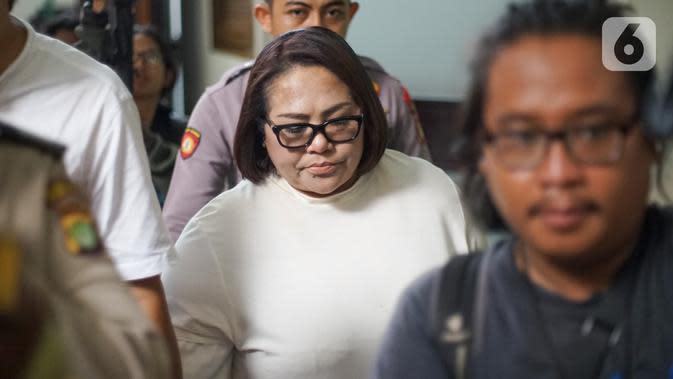 Pelawak Nunung bersiap menjalani sidang lanjutan kasus penyalahgunaan narkotika dengan agenda pembacaan tuntutan di PN Jakarta Selatan, Rabu (13/11/2019). Nunung dituntut 1,5 tahun penjara dengan ketentuan menjalani sisa hukumannya di RSKO Cibubur Jakarta Timur. (Liputan6.com/Immanuel Antonius)