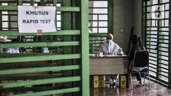 Warga mengikuti rapid test Covid-19 di Stadion Patriot Candrabhaga, Bekasi, Jawa Barat, Rabu (23/9/2020). Rapid test yang digelar secara gratis oleh Pemkot Bekasi tersebut mampu memeriksa hingga 150 orang tiap harinya guna melacak kasus Covid-19 di Bekasi. (merdeka.com/Iqbal Nugroho)