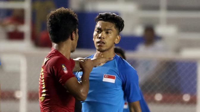 Striker Timnas Indonesia U-22, Osvaldo Haay, bersitegang dengan pemain Singapura U-22 pada laga SEA Games 2019 di Stadion Rizal Memorial, Manila, Kamis (28/11). Indonesia menang 2-0 atas Singapura. (Bola.com/M Iqbal Ichsan)