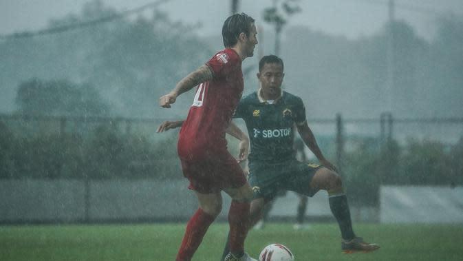Gelandang Persija, Marc Klok, saat beruji coba dengan Persikabo di Lapangan PSSN, Depok, Selasa (15/9/2020). (Media Persija).