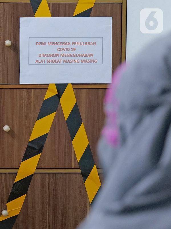 Pemberitahuan penggunaan alat salat pribadi di mushala Suntory Garuda, Jakarta, Senin (8/8/2020). Suntory Garuda menerapkan protokol kesehatan, seperti kapasitas karyawan hanya dibolehkan 50 persen, meniadakan absensi sidik jari dan menggunakan alat makan pribadi. (Liputan6.com/Herman Zakharia)