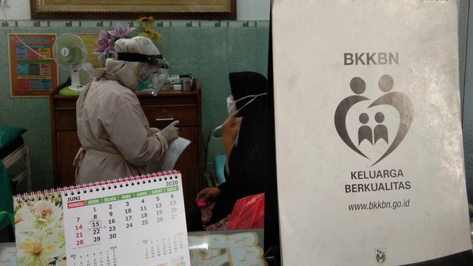 Tenaga kesehatan menggunakan Alat Pelindung Diri (APD) di sebuah praktik bidan mandiri di Cipinang, Jakarta Timur pada Senin (29/6/2020) (Liputan6.com/Giovani Dio Prasasti)