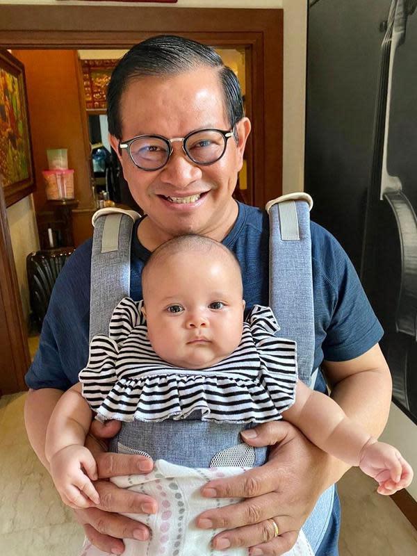 Pramono Anung Mensesneg Momong Cucu (Sumber: Instagram//pramonoanungw)