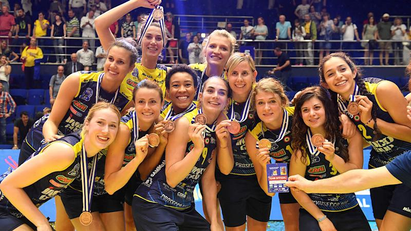 Volleyball team poses naked with trophy to celebrate