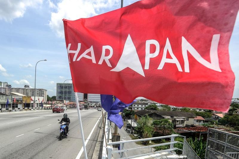 A Pakatan Harapan flag is seen along Jalan Sg Chua August 23, 2018. — Picture by Shafwan Zaidon