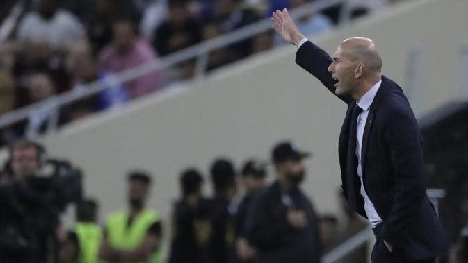 Pelatih Real Madrid, Zinedine Zidane menginstruksikan pemainnya saat bertanding melawan Valencia pada pertandingan semifinal Piala Super Spanyol di stadion King Abdullah di Jiddah, Arab Saudi, Rabu, (8/1/2020). Hasil ini membua Real Madrid melaju ke final Piala Super Spanyol. (AP Photo/Hassan Ammar)