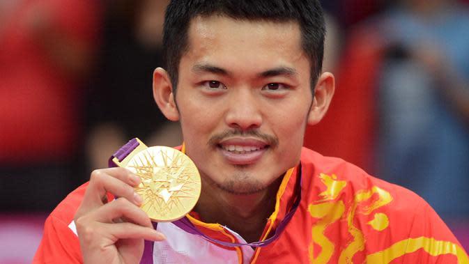 Lin Dan menunjukkan medali emasnya setelah mengalahkan Lee Chong Wei dalam Olimpiade London 2012 di London, Inggris, 5 Agustus 2012. Lin Dan dianggap sebagai salah satu tunggal putra terbaik di dunia. (Adek BERRY/AFP)