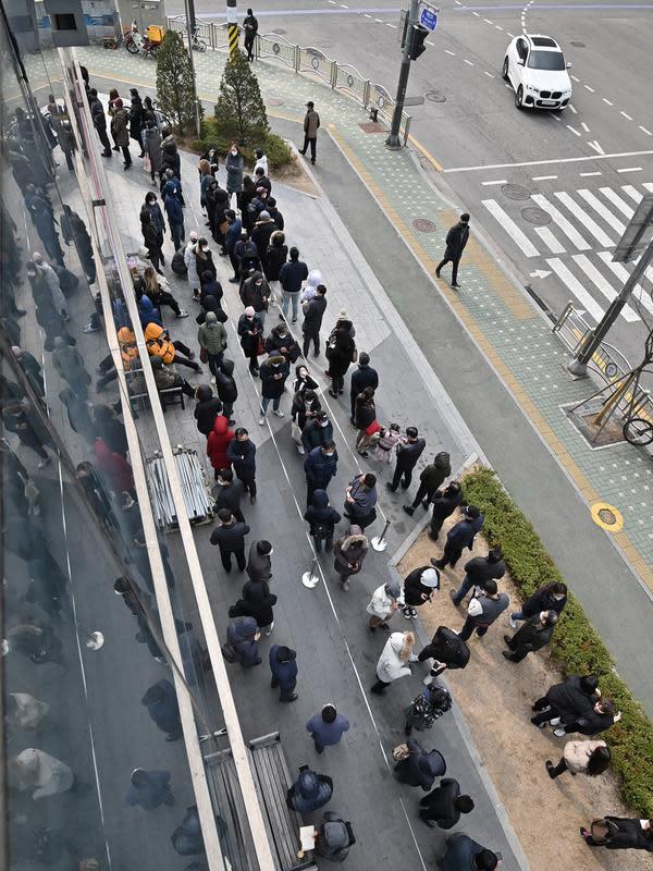 Warga mengantre untuk membeli masker di luar sebuah supermarket di Seoul, Korea Selatan, Rabu (4/3/2020). Infeksi virus corona atau COVID-19 di Korea Selatan hingga saat ini telah menewaskan 32 orang. (Jung Yeon-je/AFP)