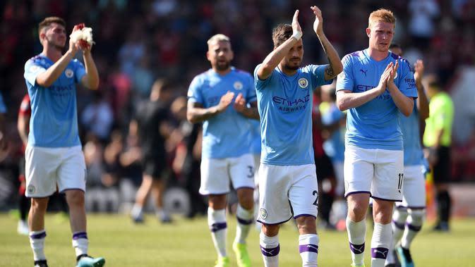 Para pemain Manchester City merayakan kemenangan atas Bournemouth pada laga Premier League 2019 di Stadion Vitality, Minggu (25/8). Manchester City menang 3-1 atas Bournemouth. (AFP/Glyn Kirk)