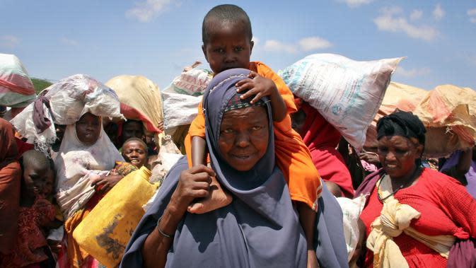 Ekpresi ibu dan anak warga Somalia yang mengungsi akibat kekeringan dan kelaparan di daerah Tabelaha di pinggiran Mogadishu, Somalia (30/3). Negara yang terletak di tanduk Afrika ini, memiliki populasi 12 juta penduduk. (AP Photo/Farah Abdi Warsameh)