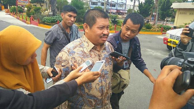 Bupati Bengkalis Amril Mukminin usai diperiksa penyidik KPK di Pekanbaru beberapa waktu lalu. (Liputan6.com/M Syukur)