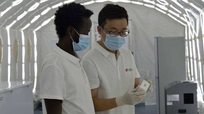 Pekerja asal China dan Ethiopia terlihat di pabrik alat uji COVID-19 milik BGI Ethiopia di kawasan industri Bole Lemi di pinggiran Addis Ababa, ibu kota Ethiopia, pada 22 September 2020. Jumlah kasus COVID-19 yang dikonfirmasi di Ethiopia telah melampaui 70 ribu orang. (Xinhua/Wang Shoubao)
