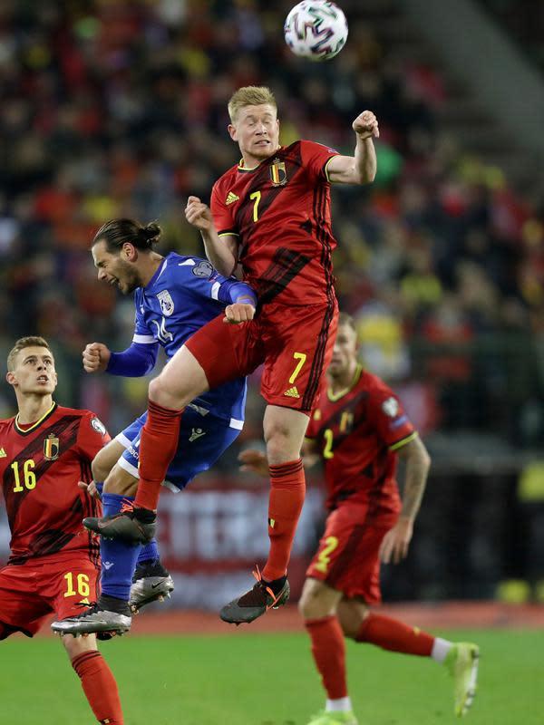 Gelandang timnas Belgia, Kevin De Bruyne, melompat saat berebut bola dengan pemain Siprus, Christos Wheeler pada laga Grup I Kualifikasi Piala Eropa 2020 di Stade Roi Baudouin, Selasa (19/11/2019). Timnas Belgia memetik kemenangan telak dengan skor 6-1 kala menjamu Siprus. (AP/Francisco Seco)
