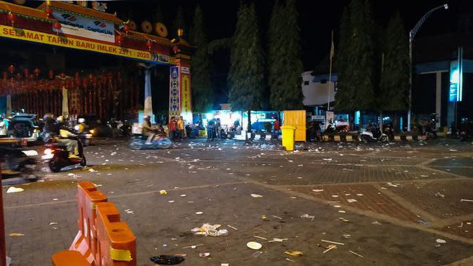 Sampah terlihat berserakan ketika nyala lampion telah dimatikan pada tengah malam.(Liputan6.com/Fajar Abrori)