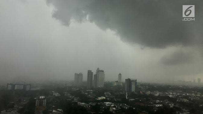 Awan mendung menggelayut di langit Jakarta, Kamis (1/2). Badan Meteorologi, Klimatologi, dan Geofisika (BMKG) memprediksi potensi curah hujan dari sedang hingga tinggi akan terjadi hingga 1 minggu ke depan. (Liputan6.com/Immanuel Antonius)