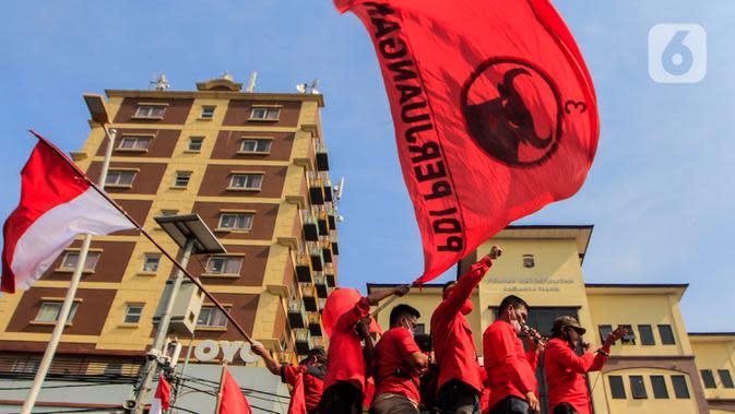 Kader PDIP Jakarta Timur menyampaikan orasi di depan Polres Jaktim, Kamis (25/6/2020). Ratusan massa simpatisan dan kader PDIP melakukan long march ke Mapolrestro Jakarta Timur untuk menuntut pembakaran bendera partainya pada aksi di depan DPR, Rabu 24 Juni 2020. (Liputan6.com/Johan Tallo)