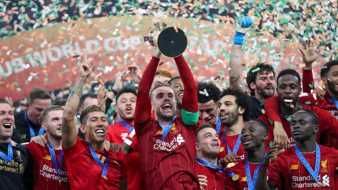 Para pemain Liverpool merayakan gelar juara Piala Dunia Antarklub 2019 setelah mengalahkan Flamengo di Stadion Internasional Khalifa, Doha, Minggu (21/12). Liverpool menang 1-0 atas Flamengo. (AFP/Karim Jaafar)