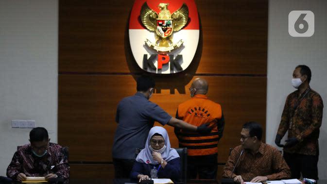 Wakil Ketua KPK, Lili Pintauli Siregar (tengah) menyampaikan rilis penahanan tersangka kasus suap kerjasama pengangkutan bidang pelayaran di Gedung KPK, Jakarta, Jumat (26/6/2020). Direktur PT Humpuss Transportasi Kimia (HTK) Taufik Agustono resmi ditahan KPK. (Liputan6.com/Helmi Fithriansyah)