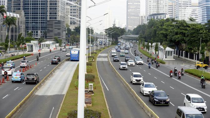 Sejumlah kendaraan melintas di Jalan Sudirman, Jakarta, Senin (8/6/2020). Pemda DKI Jakarta menetapkan mulai dibuka transisi dari aktivitas masyarakat kegiatan perkantoran dan bisnis. (merdeka.com/Dwi Narwoko)