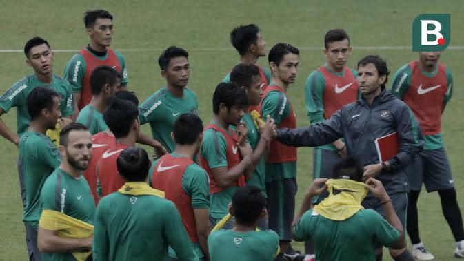 Pelatih Timnas Indonesia U-23, Luis Milla, saat latihan di Lapangan ABC Senayan, Jakarta, Rabu (25/4/2018). Latihan tersebut dalam rangka persiapan Anniversary Cup 2018. (Bola.com/M Iqbal Ichsan)