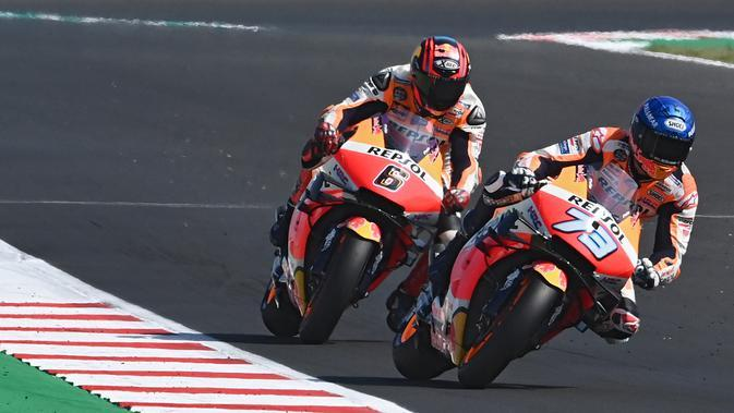Duo Repsol Honda, Stefan Bradl dan Alex Marquez. (ANDREAS SOLARO / AFP)