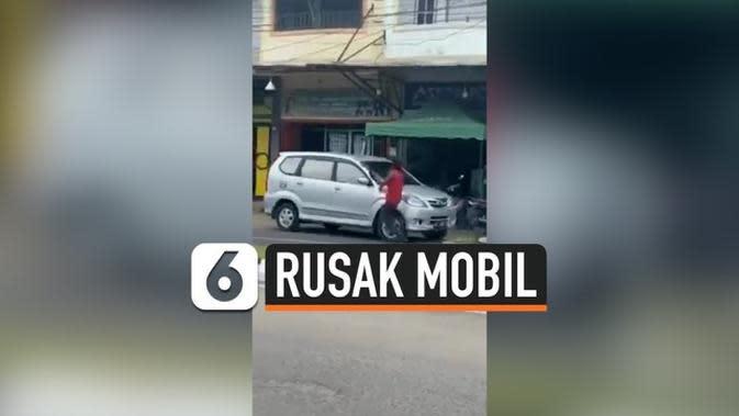 VIDEO: Ngamuk, Pria Rusak Mobil Pakai Parang di Aceh