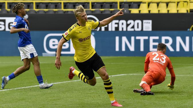 Penyerang Borussia Dortmund, Erling Haaland, melakukan selebrasi usai membobol gawang Schalke 04 pada laga Bundesliga di Stadion Signal Iduna Park, Sabtu (16/5/2020). Dortmund menang 4-0 atas Schalke 04. (AP/Martin Meissner)