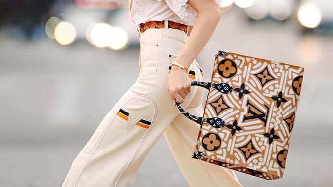 Tas Crafty Collection dari Louis Vuitton yang dinilai mengadopsi motif batik. (dok. Instagram @louisvuitton/https://www.instagram.com/p/CDB3XevnqdM/)
