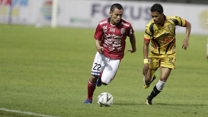 Bek Bali United, Dias Angga, mengejar bola saat melawan Mitra Kukar pada laga Piala Presiden 2019 di Stadion Patriot, Jawa Barat, Minggu (3/3). Bali United menang 3-0 atas Mitra Kukar. (Bola.com/M Iqbal Ichsan)