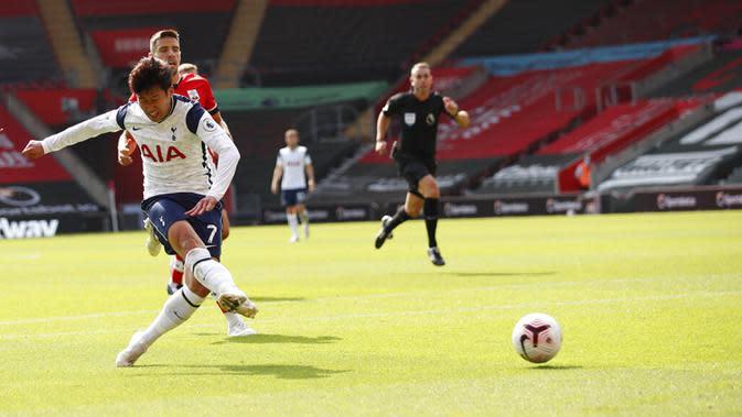 Pemain Tottenham Hotspur Son Heung-min mencetak gol ke gawang Southampton pada pertandingan Liga Premier Inggris di Stadion St. Mary, Southampton, Inggris, Minggu (20/9/2020). Tottenham menekuk Southampton 5-2, Son Heung-min menyumbang empat gol. (Andrew Boyers/Pool via AP)
