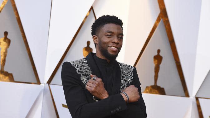 Chadwick Boseman berpose saat tiba di Oscar di Dolby Theatre di Los Angeles pada 4 Maret 2018. Aktor pemeran Black Panther ini meninggal dunia karena penyakit kanker usus, yang ia derita selama empat tahun. (AP Photo/Jordan Strauss)
