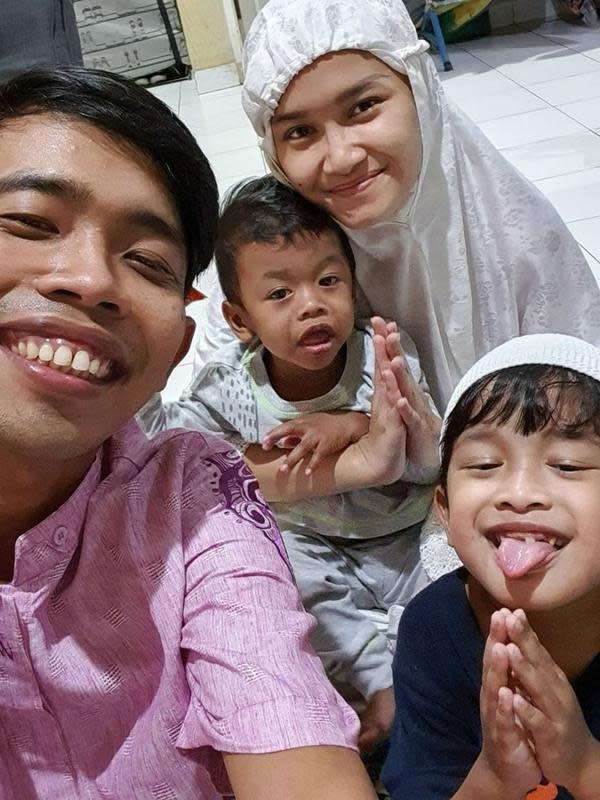 Momen keluarga seleb Tarawih bersama di rumah. (Sumber: Instagram/dede_sunandar)