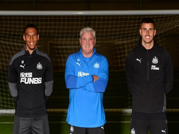 Isaac Hayden, Steve Bruce and Karl Darlow (L-R) (Photo/Newcastle United Twitter)