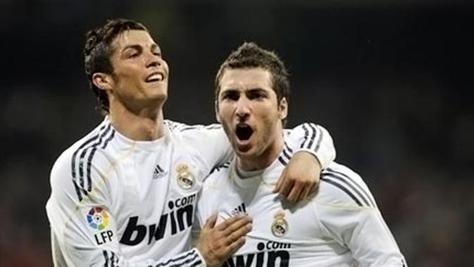Kegembiraan Gonzalo Higuain (kanan) dengan Cristiano Ronaldo ketika Real Madrid menang 3-1 atas Sporting Gijon dalam partai La Liga di Santiago Bernabeu, Madrid, 20 Maret 2010. AFP PHOTO/PIERRE-PHILIPPE MARCOU