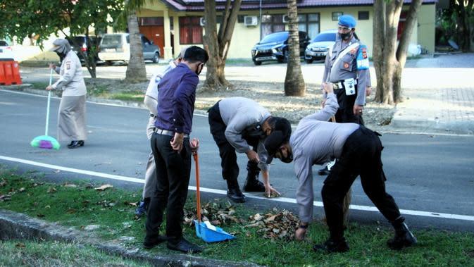 Personel Polda Aceh kena sangsi bersih-bersih setelah kedapatan tidak pakai masker (Ist)