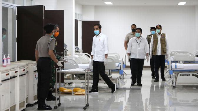 Presiden Joko Widodo meninjau ruang perawatan Rumah Sakit Darurat Penanganan Covid-19 Wisma Atlet Kemayoran, Jakarta, Senin (23/3/2020). Presiden memastikan bahwa rumah sakit darurat ini siap digunakan untuk karantina dan perawatan pasien Covid-19. (Kompas/Heru Sri Kumoro/Pool)
