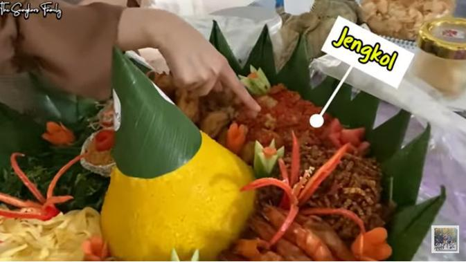 Melalui kanal Youtube The Sungkar Family yang berjudul MASYA ALLAH, KIA NGIDAM JENGKOL??MAMA FENNY BALIK KE BELANDA, perempuan biasa disapa Kia itu ngidam makan jengkol. (Youtube/The Sungkars Family)