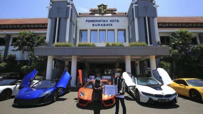 Crazy rich Surabaya Melvin Tenggara and Friends menyerahkan bantuan kepada Pemkot Surabaya (Foto: Liputan6.com/Dian Kurniawan)