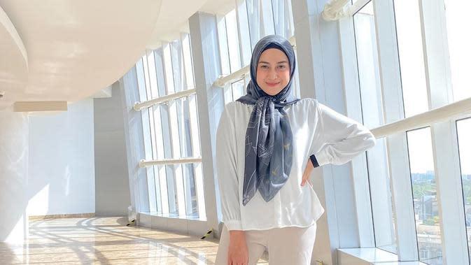 Sering menggunakan busana kasual, gaya hijab yang dikenakan oleh Nina juga terlihat sederhana. Namun, dirinya juga beberapa kali terlihat membuat sebuah model hijab yang sederhana namun tetap stylish.(Liputan6.com/IG/@ninazatulini22)