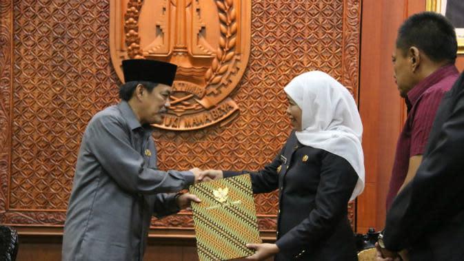 Surat Perintah Tugas (SPT) Plt. Bupati Sidoarjo diterima langsung oleh Wakil Bupati Nur Ahmad Syaifuddin yang diserahkan oleh Gubernur Jawa Timur Khofifah Indar Parawansa, Selasa (14/1/2020). (Foto: Liputan6.com/Dian Kurniawan)