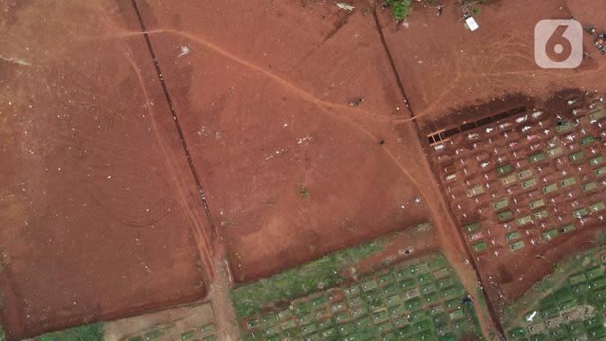 Foto udara memperlihatkan blok pemakaman jenazah Covid-19 di TPU Pondok Ranggon, Jakarta Timur, Minggu (27/9/2020). Total luas pemakaman baru yang akan dibuka Dinas Bina Marga DKI Jakarta mencapai 13.291 meter persegi. (Liputan6.com/Herman Zakharia)