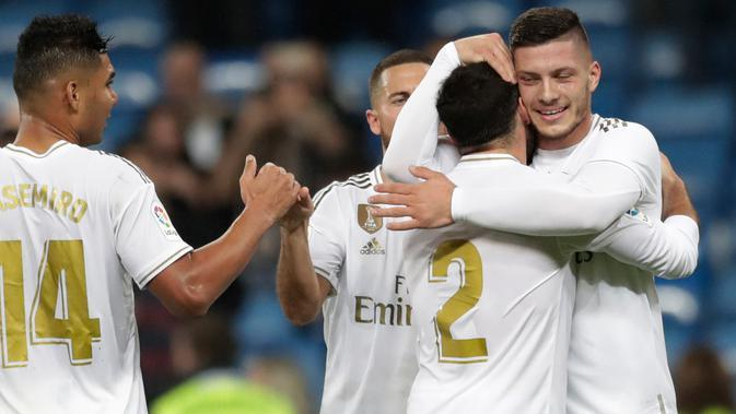 Striker Real Madrid, Luka Jovic, berselebrasi dengan rekan setimnya setelah mencetak gol ke gawang Leganes pada pekan ke-11 La Liga 2019-2020 di Santiago Bernabeu,, Rabu (30/10/2019). Real Madrid tanpa ampun menghajar tamunya Leganes, 5-0. (AP/Bernat Armangue)