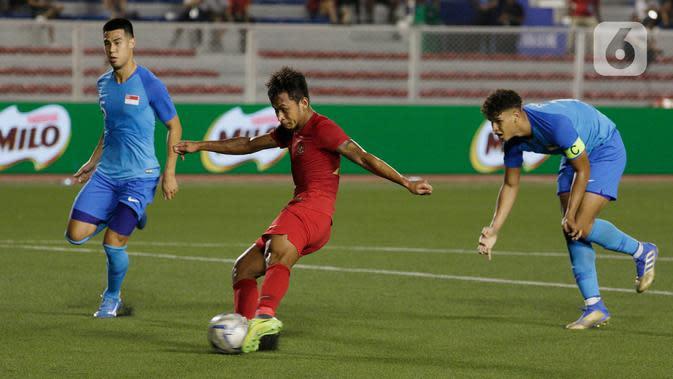 Striker Timnas Indonesia U-22, Osvaldo Haay, bersiap melepaskan tendangan ke gawang Timnas Singapura U-22 dalam pertandingan Grup B SEA Games 2019 di Stadion Rizal Memorial, Manila, Kamis (28/11/2019). Indonesia menang dengan skor 2-0 atas Singapura. (Bola.com/M Iqbal Ichsan)